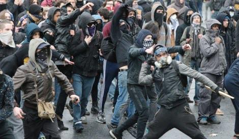 Les casseurs lancent des pierres lors de la manifestation contre la loi travail.