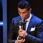 La star portugaise a été honoré par la Fifa lundi soir à Londres.