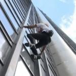 Le Spiderman escalade une tour en hommage aux victimes du Népal